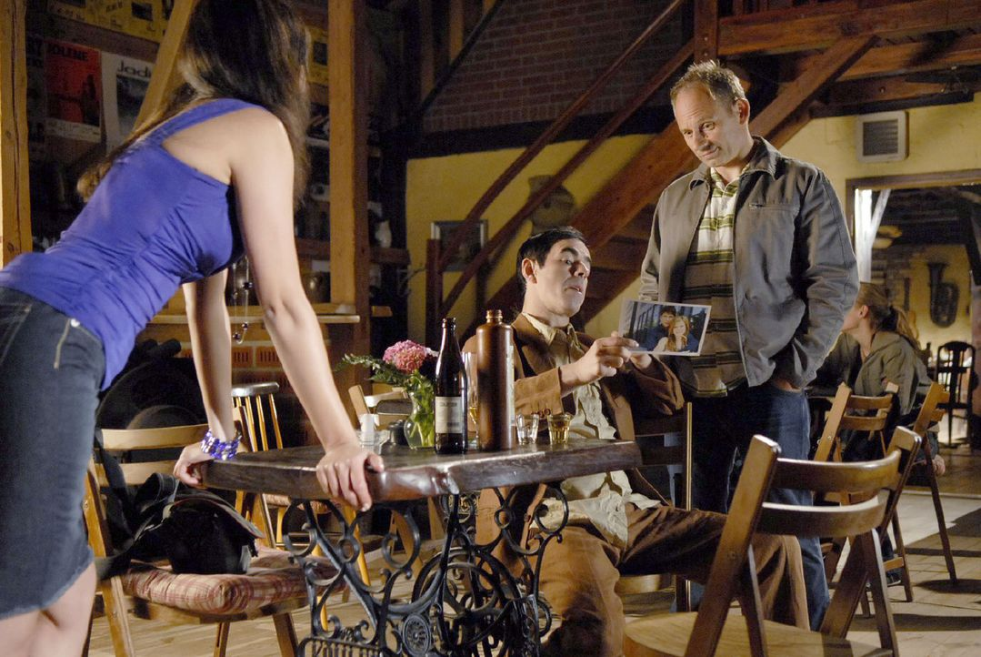 Miriam (Silvana Bayer, l.) hat dem schmierigen Journalisten Bruck (Oscar Ortega Sánchez, M.) erzählt, dass Jackie und Tom immer noch verheiratet s... - Bildquelle: Sat.1