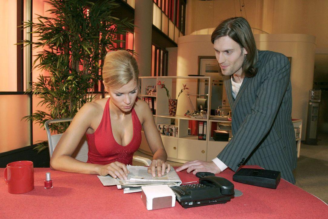 Sabrina (Nina-Friederike Gnädig, l.) steckt in finanziellen Nöten - und im Lotto hat sie auch nicht gewonnen ... Da bringt ihr Kollege Ralf Morton (... - Bildquelle: Noreen Flynn Sat.1