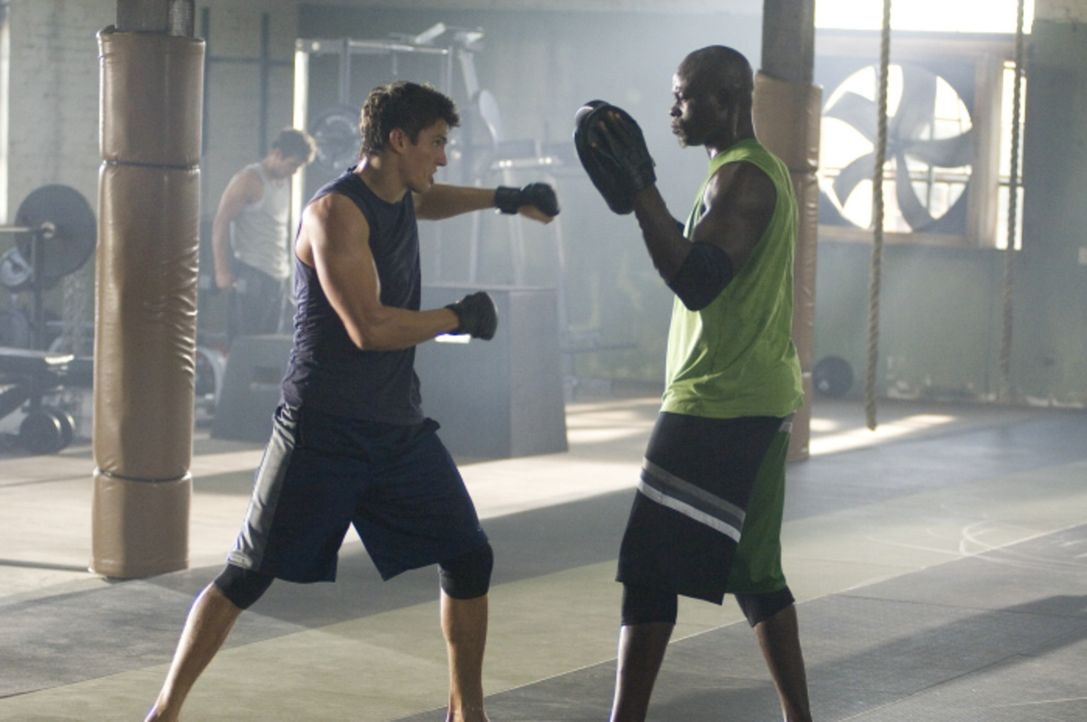 Im Combat Club von Free Fight-Coach Jean Roqua (Djimon Hounsou, r.) lernt der jähzornige Jake (Sean Faris, l.), dass Free Fight eine athletische Ku... - Bildquelle: 2008 Summit Entertainnment N.V.  All rights reserved.