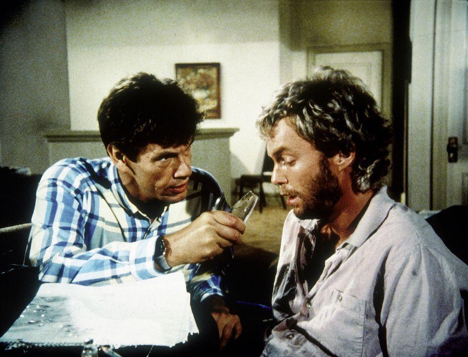 Franklin (Michael Halsey, l.) setzt Carmine Davis (Gary Frank, r.) unter Druck . Denn dieser stellt sich als sehr resistinent gegenüber freundlichen Worten heraus ...