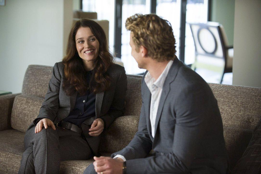 Jane (Simon Baker, r.) und Lisbon (Robin Tunney, l.) wollen herausfinden, ob der Psychiater Feinberg selbst der Mörder seiner Ehefrau war, die vor z... - Bildquelle: Warner Bros. Television