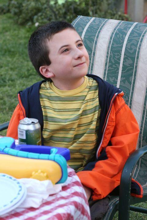 Muss seine Interaktion mit Fremden verbessern: Brick (Atticus Shaffer) ... - Bildquelle: Warner Brothers