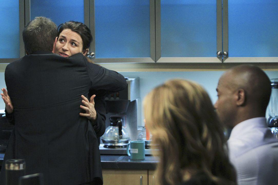 """Als Amelia (Caterina Scorsone, 2.v.l.) nach ihrem zwölftägigen """"Drogenurlaub"""" in der Praxis erscheint, sind Sheldon (Brian Benben, l.), Sam (Taye... - Bildquelle: ABC Studios"""