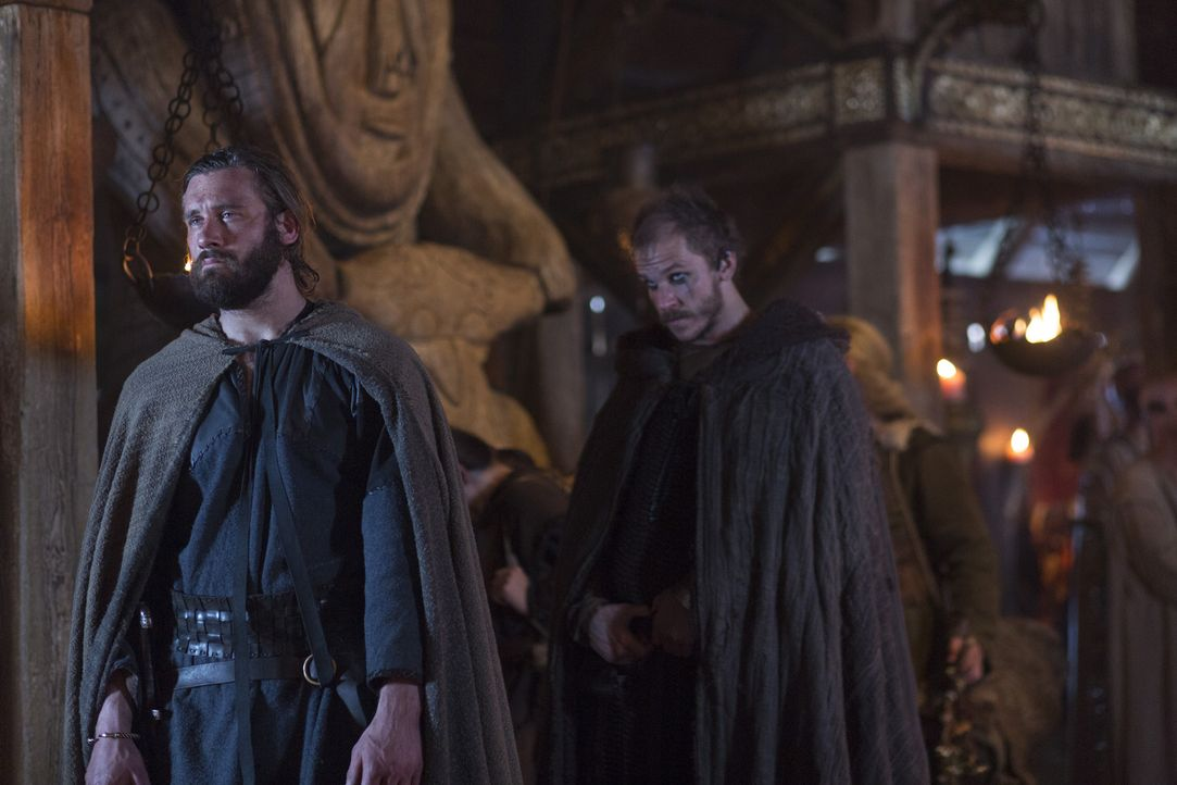 Auch Rollo (Clive Standen, l.) und Floki (Gustaf Skarsgård, r.) suchen die Unterstützung der Götter für ihre Vorhaben ... - Bildquelle: 2013 TM TELEVISION PRODUCTIONS LIMITED/T5 VIKINGS PRODUCTIONS INC. ALL RIGHTS RESERVED.