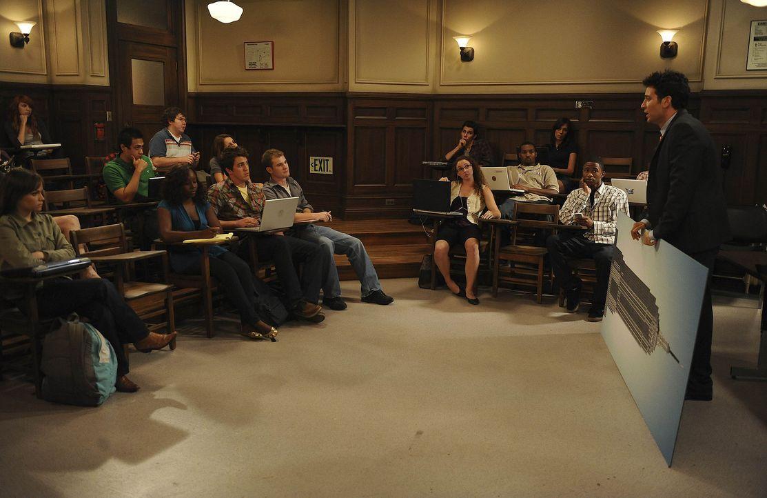 Als Ted (Josh Radnor, r.) zum ersten Mal vor etwa 300 Studenten spricht, lässt er bis zum Ende der Vorlesung keine Wortmeldungen zu. Ein Fehler, de... - Bildquelle: 20th Century Fox International Television
