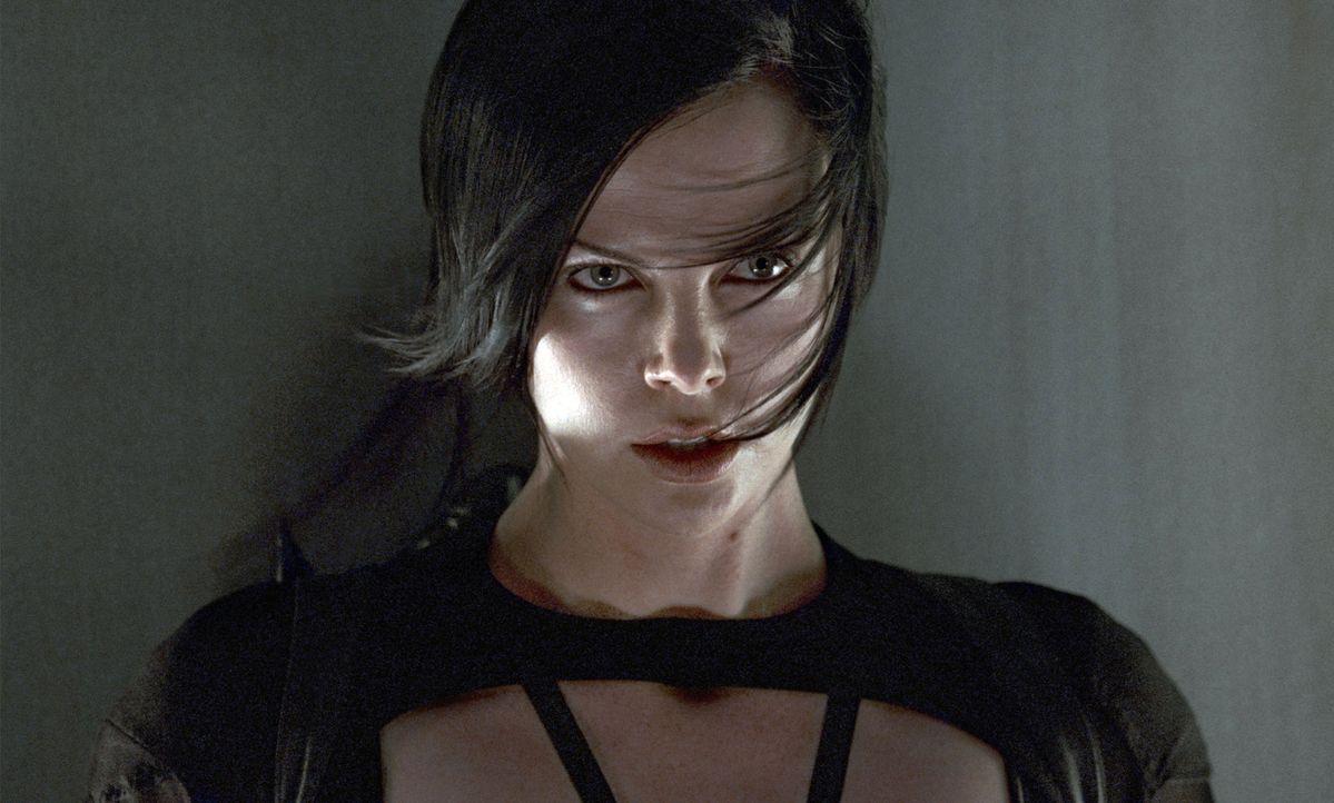 Will sich für die brutale Ermordung ihrer Familie rächen: Topagentin Aeon Flux (Charlize Theron) macht sich auf, den Diktator des Städtchens zu töte... - Bildquelle: 2004 by PARAMOUNT PICTURES. All Rights Reserved.