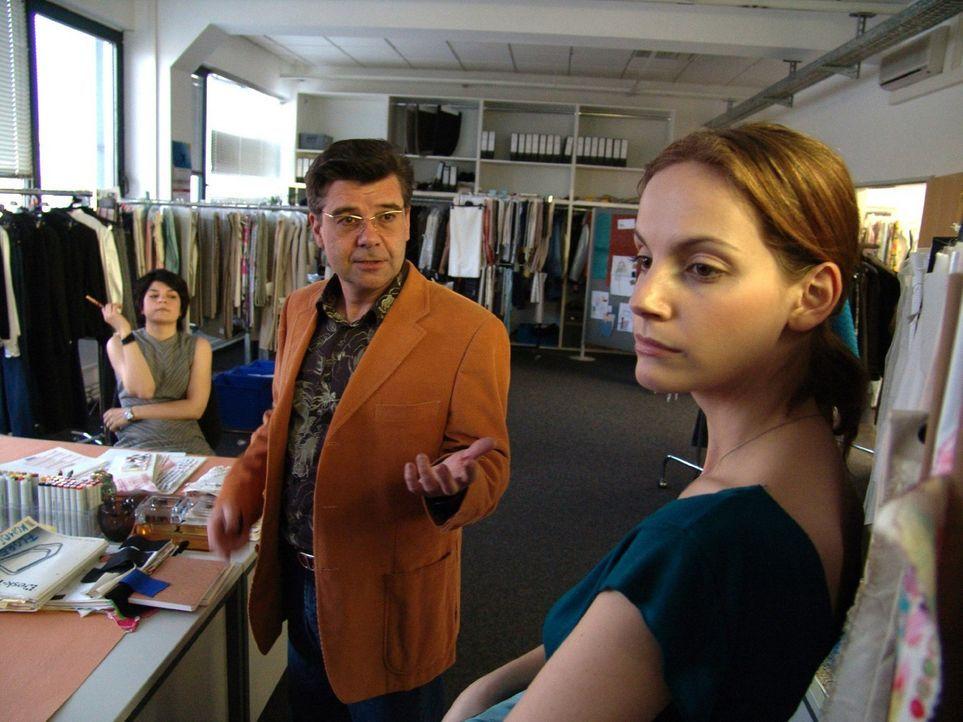 Mit ihrem Vorgesetzten Erler (Ralph Misske, M.) gerät Andrea (Marie Zielcke, r.) immer öfter aneinander. - Bildquelle: Sat.1