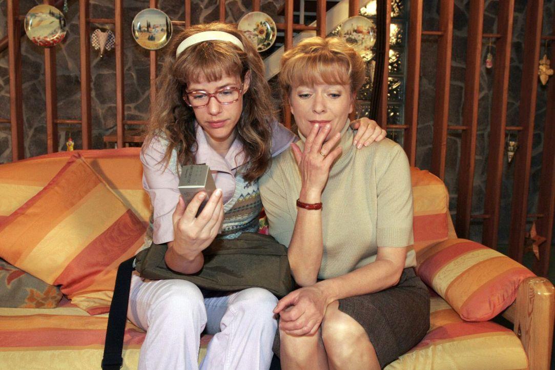 Die arme Helga (Ulrike Mai, r.) weiß nicht, was sie nun mit den vielen allergenen Aloe Vera-Produkten machen soll und wird von Lisa (Alexandra Neld... - Bildquelle: Sat.1