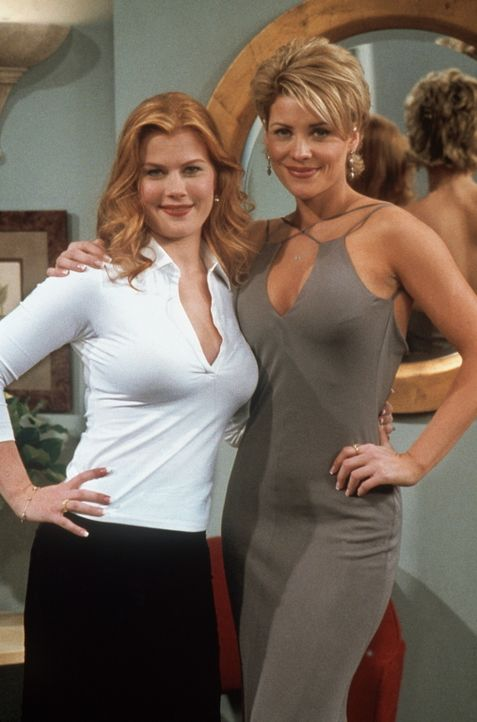 """Jessica (Alison Sweeney, l.) und McKenzie (McKenzie Westmore, r.) nehmen an der """"Soapie""""-Verleihung teil. - Bildquelle: TM+  2000 WARNER BROS."""
