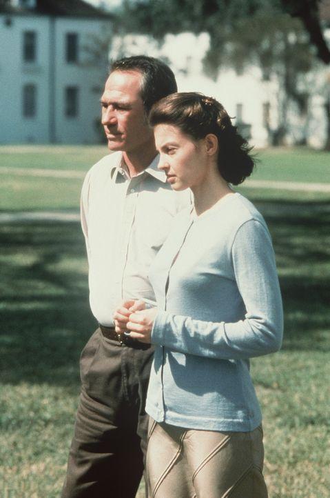 Gemeinsam machen sich Bewährungshelfer Travis (Tommy Lee Jones, l.) und die unschuldige Libby (Ashley Judd, r.) auf die Suche nach dem kleinen Matt... - Bildquelle: Paramount Pictures