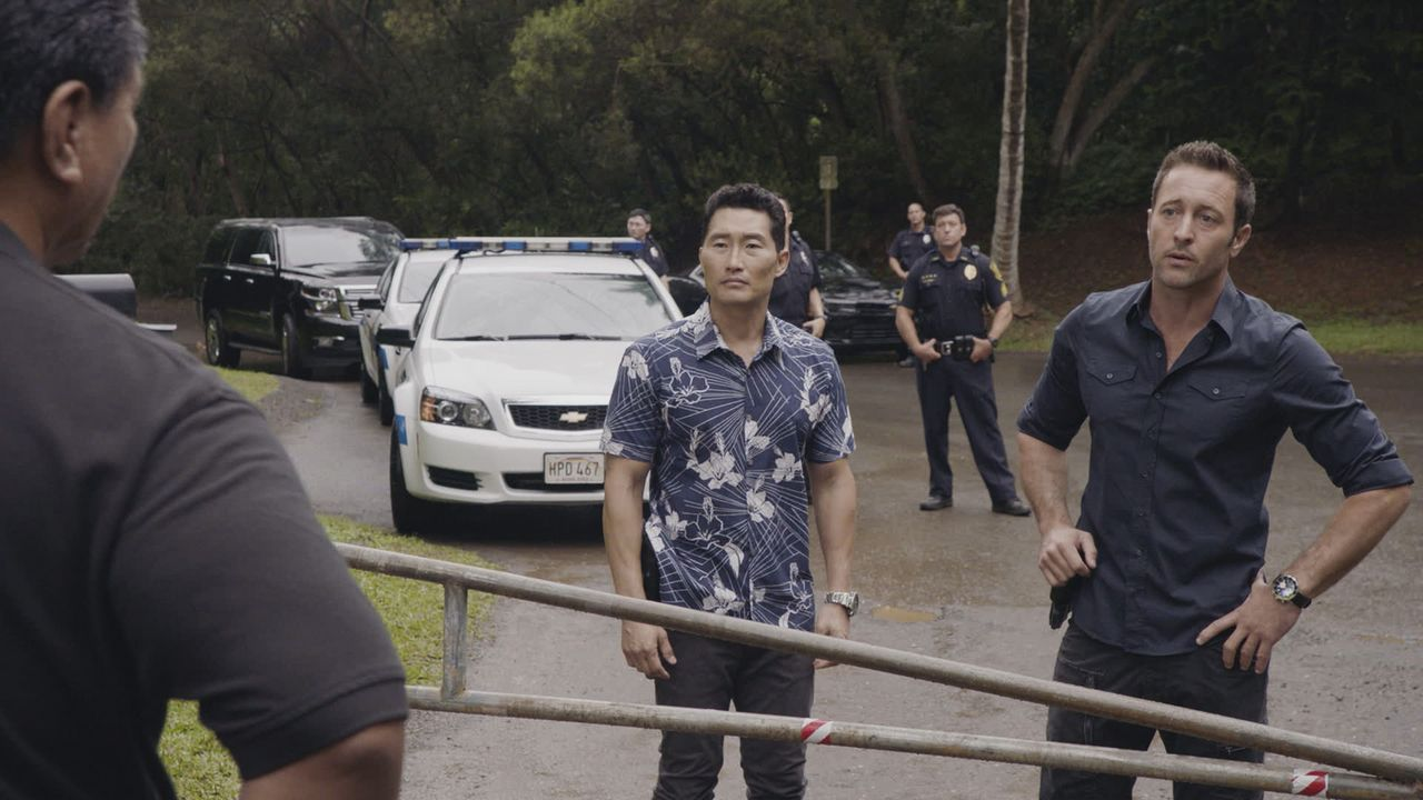 Müssen einen neuen Fall aufklären: Steve (Alex O'Loughlin, r.) und Chin (Daniel Dae Kim, 2.v.l.) ... - Bildquelle: 2016 CBS Broadcasting, Inc. All Rights Reserved