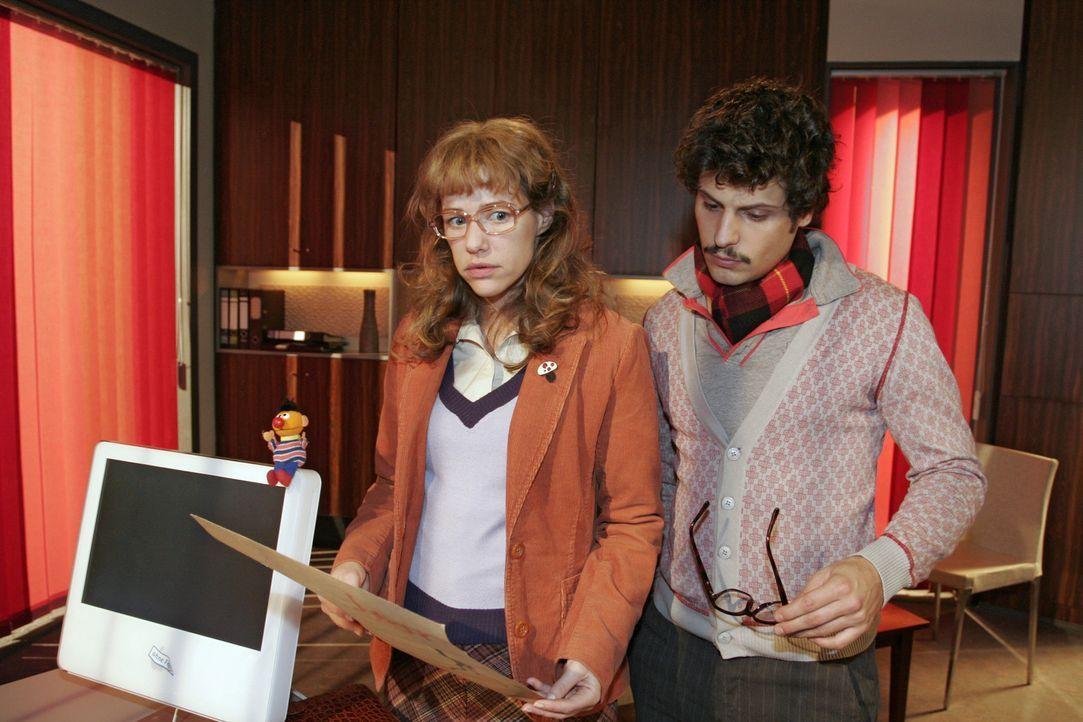 Lisa (Alexandra Neldel, l.) sieht sich die Ideenskizzen an und lobt Rokkos (Manuel Cortez, r.) Arbeit. Der reagiert irrtiert, als Lisa sich noch Dav... - Bildquelle: Monika Schürle Sat.1