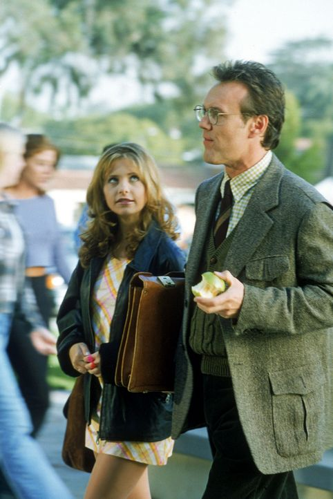 Buffy (Sarah Michelle Gellar, l.) erzählt Mr. Giles (Anthony Stewart Head, r.) von den merkwürdigen Vorgängen an der High School. - Bildquelle: TM +   2000 Twentieth Century Fox Film Corporation. All Rights Reserved.