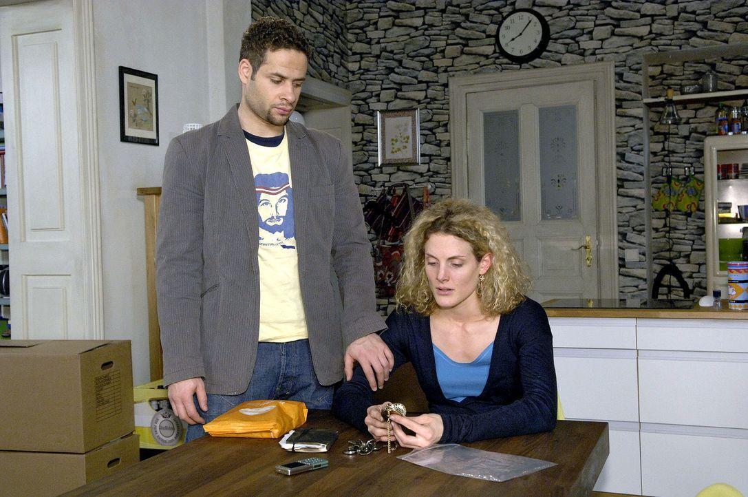 Jannick (Mike Adler, l.) versucht vergeblich, die trauernde Maja (Barbara Lanz, r.) zu trösten. - Bildquelle: Claudius Pflug Sat.1