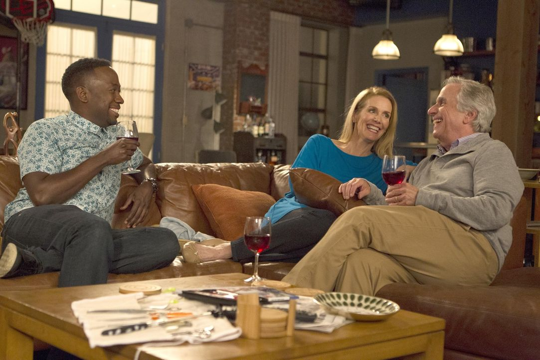 Lässt sich auch Winston (Lamorne Morris, l.) von Nancy (Julie Hagerty, M.) und Flip (Henry Winkler, r.) verzaubern? - Bildquelle: John P. Fleenor 2016 Fox and its related entities.  All rights reserved.
