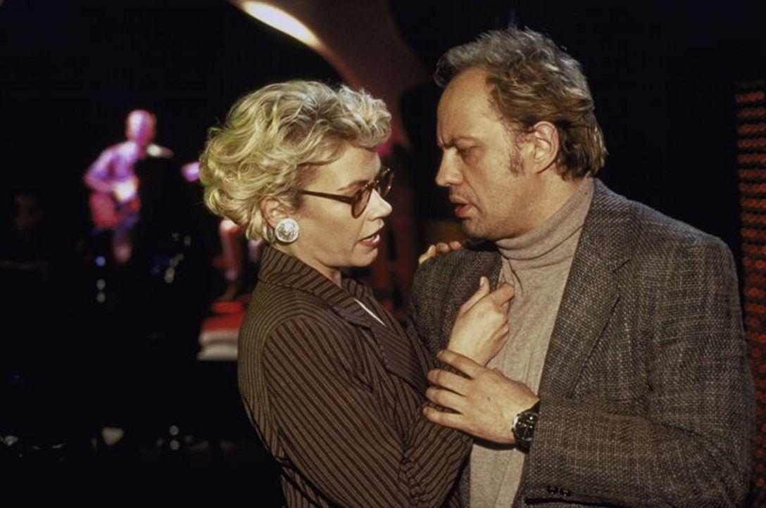 """Staatsanwältin Irene Starnow (Jennifer Nitsch) und Hajo Kroll (Uwe Ochsenknecht) nehmen die Firma """"Sophrimex"""" unter die Lupe. - Bildquelle: T. Landgräber ProSieben"""