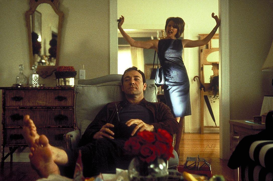 Tag für Tag machen sich die Burnhams (Kevin Spacey, vorne, Annette Bening, hinten) das Leben zur Hölle. Jeder hasst jeden ... - Bildquelle: Lorey Sebastian TM+  1999 DreamWorks LLC. All Rights Reserved.