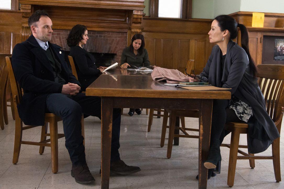Bei den Ermittlungen in einem neuen Fall: Holmes (Jonny Lee Miller, l.) und Watson (Lucy Liu, r.) ... - Bildquelle: CBS Television
