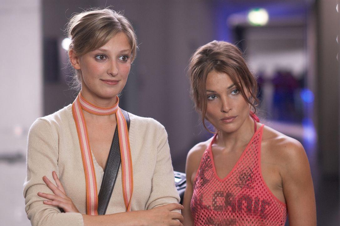 Denise (Alexandra Maria Lara, l.) und Vicky (Tanja Wenzel, r.) drehen einen Film über das Leben eines Behinderten. Die Hauptrolle soll Fred übernehmen. Doch der ist überhaupt nicht behindert ...