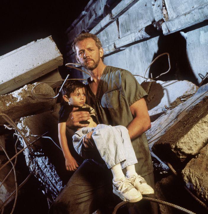 Der Kinderarzt Dr. Betts (David Morse, r.) ist Tag und Nacht im Einsatz, um die Verletzten zu versorgen ... - Bildquelle: Columbia Pictures Television