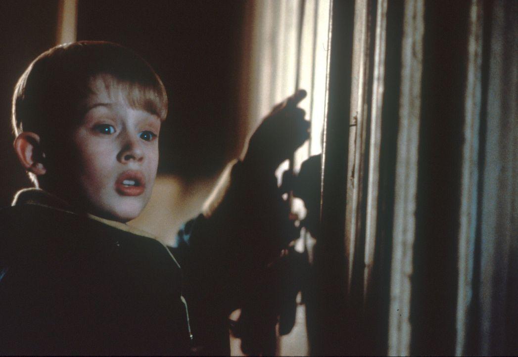 Kevin (Macaulay Culkin) hat einen fantastischen Plan ausgeheckt, um die Ganoven auszuschalten ... - Bildquelle: 20th Century Fox Film Corporation
