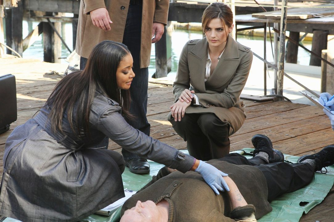 Unfall oder Mord? Lanie Parish (Tamala Jones, l.) und Kate Beckett (Stana Katic, r.) stehen vor einem Rätsel. - Bildquelle: 2010 American Broadcasting Companies, Inc. All rights reserved.