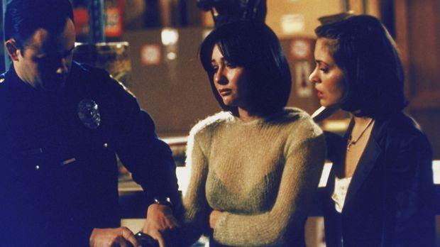 Phoebe (Alyssa Milano, r.) begleitet ihre Schwester Prue (Shannen Doherty, M....