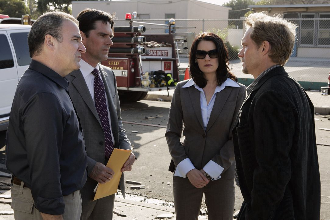 (v.l.n.r.) Jason Gideon (Mandy Patinkin); Aaron Hotchner (Thomas Gibson); Emily Prentiss (Paget Brewster); Evan Abby (Tom Schanley) - Bildquelle: Cliff Lipson 2007 ABC Television Studio. All rights reserved. NO ARCHIVE. NO RESALE./ Cliff Lipson