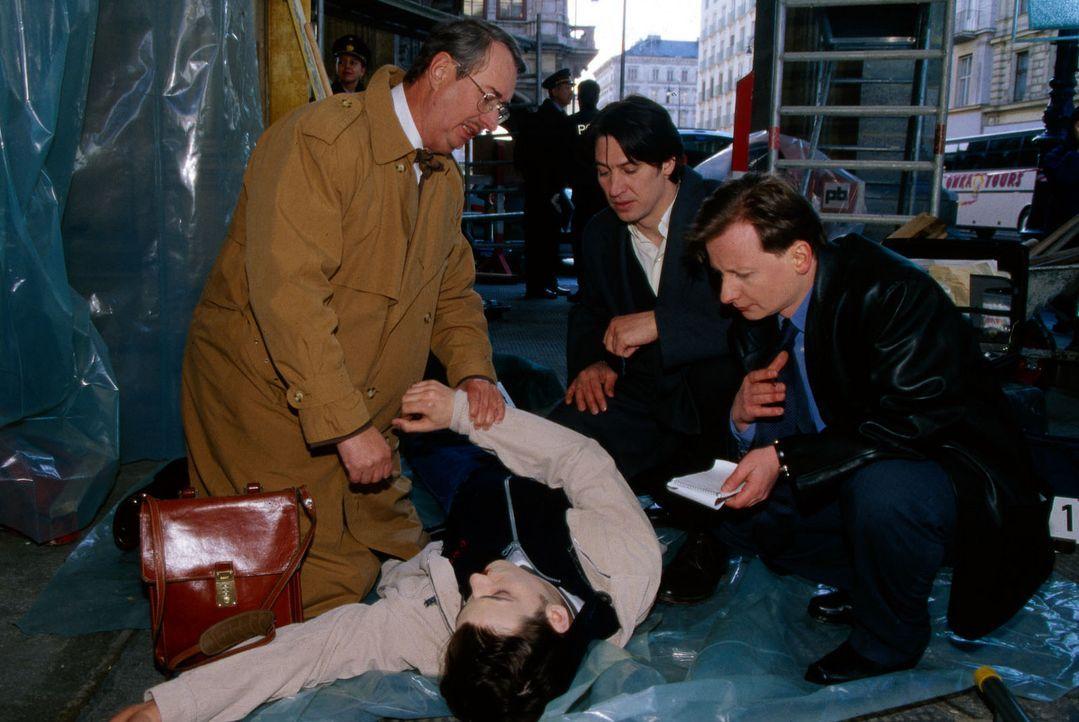 Dr. Leo Graf (Gerhard Zemann, l.), Kommissar Moser (Tobias Moretti, M.) und Böck (Heinz Weixelbraun, r.) untersuchen die Leiche von Stefan Dorner (... - Bildquelle: Sat.1