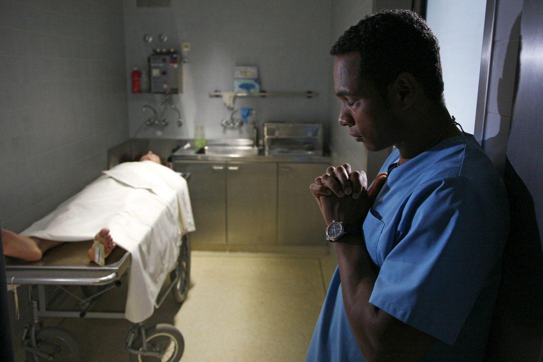 Solomon (Toks Körner, r.) hat während der OP den Patienten nicht retten können und ist im Gebet versunken ... - Bildquelle: Mosch Sat.1
