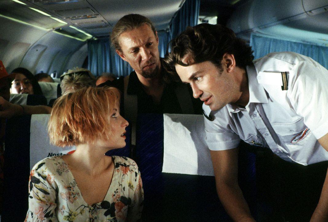 Endlich Urlaub! Verena (Nadine Seiffert, l.) macht mit ihrem Vater, Kommissar Wolff, eine Ferienreise nach Mallorca. Auf dem Flug lernt sie den Stew... - Bildquelle: Alfred Raschke Sat.1
