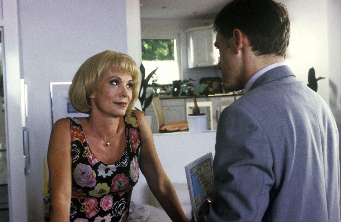 Klaus-Dieter (Christoph Waltz, r.) verabschiedet sich von seiner Frau Rita (Iris Berben, l.) und geht auf eine plötzliche Dienstreise, die sein ganz... - Bildquelle: Wolfgang Meier Sat.1