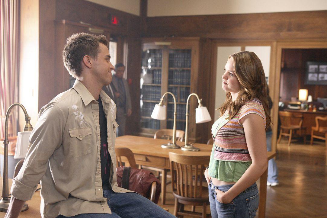 Wollen Kyle helfen: Lori (April Matson, r.) und Declan (Chris Olivero, l.) ... - Bildquelle: TOUCHSTONE TELEVISION