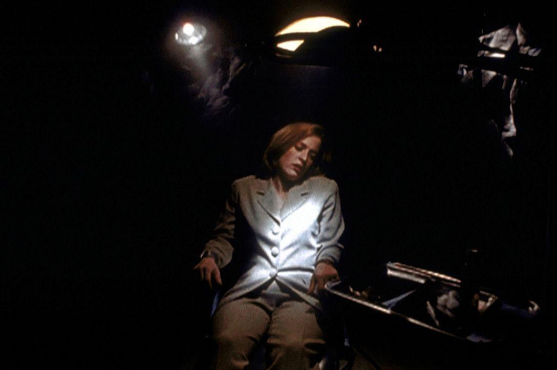 Scully (Gillian Anderson) ist Opfer eines wahnsinnigen Entführers geworden, der die Fähigkeit besitzt, Fotografien durch die Kraft seines Geistes zu... - Bildquelle: TM +   2000 Twentieth Century Fox Film Corporation. All Rights Reserved.