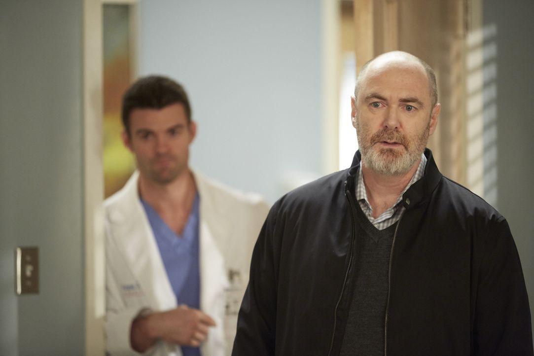Als der aufgebrachte Vater einer Patientin, Desmond Pierre (William MacDonald, r.), im Krankenhaus auftaucht, muss Joel (Daniel Gillies, l.) ihn bes... - Bildquelle: Ken Woroner 2014 Hope Zee Three Inc.