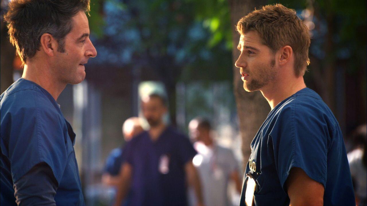Immer im Wettlauf mit der Zeit: Dr. DeLeo (Mike Vogel, r.) und Dr. Proctor (Jeremy Northam, l.) ... - Bildquelle: Warner Brothers