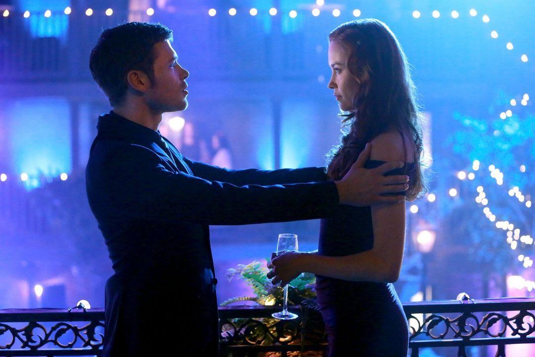 Genevieve (Elyse Levesque, r.) bringt Klaus (Joseph Morgan, l.) genau die Bewunderung und Anbetung entgegen, die er dringend braucht ... - Bildquelle: Warner Bros. Television