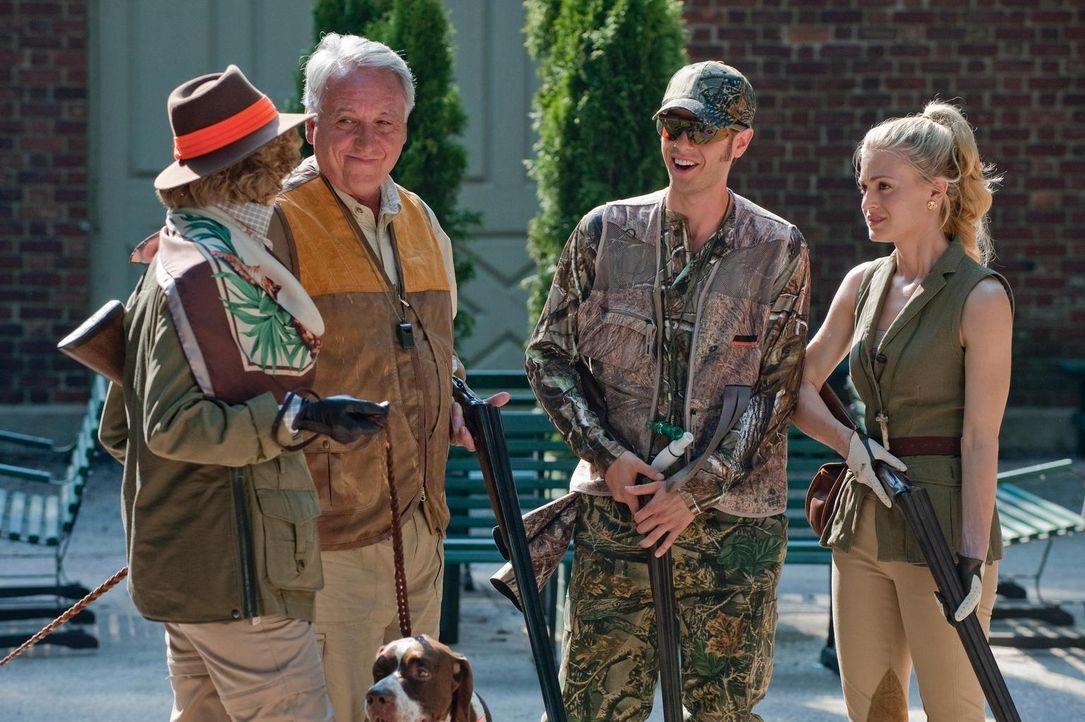 Evan (Paulo Costanzo, 2.v.r.) wird von Paiges (Brooke D'Orsay, 3.) Eltern (Bob Gunton, 2.v.l. und Ellen Collins, l.) zu einem Jagdausflug eingeladen. - Bildquelle: Universal Studios