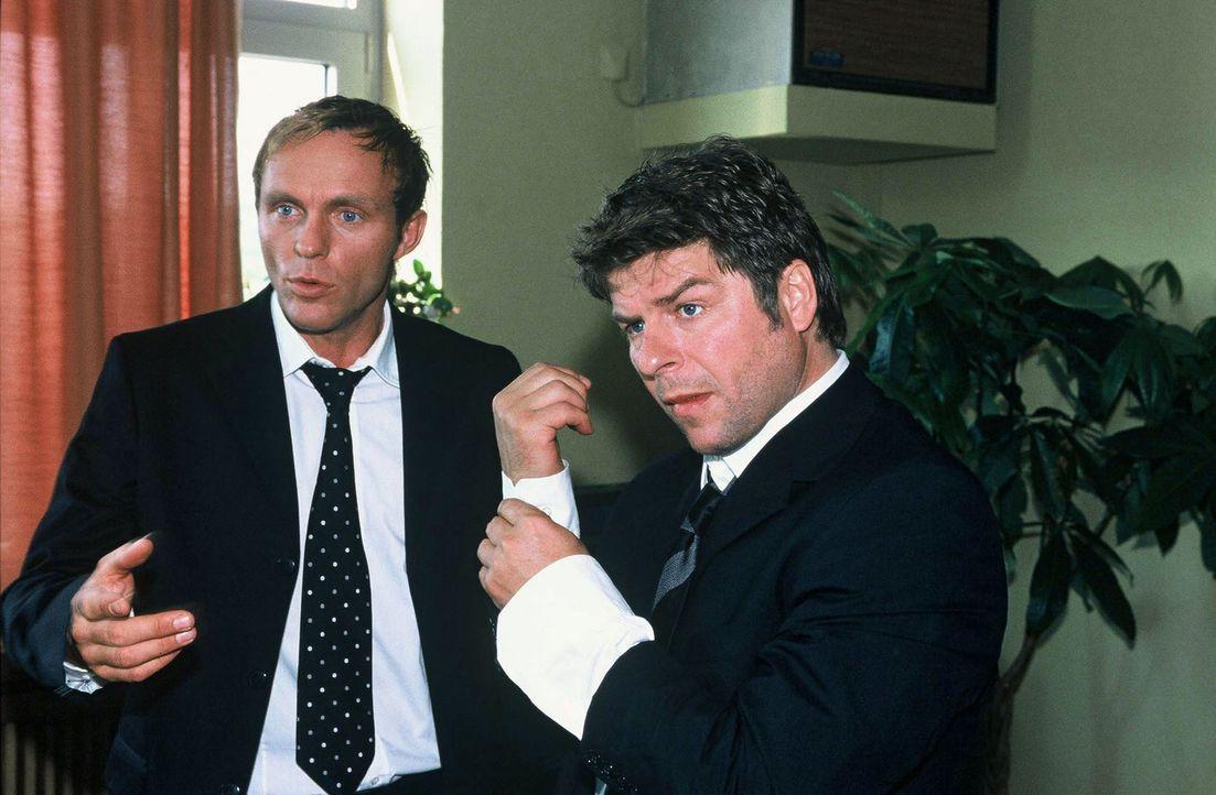 Falk (Dirk Martens, l.) und Jupp (Uwe Fellensiek, r.) machen sich bereit, um zur Beerdigung von Karsten Köpke zu gehen. - Bildquelle: Münstermann Sat.1