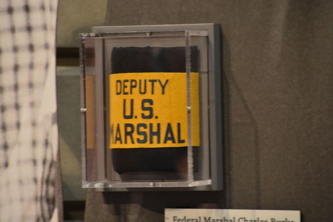Don Wildman untersucht ein Armband eines U.S. Deputy Marshal, das einem Mädchen das Leben gerettet hat ... - Bildquelle: 2014, The Travel Channel, L.L.C. All Rights Reserved.