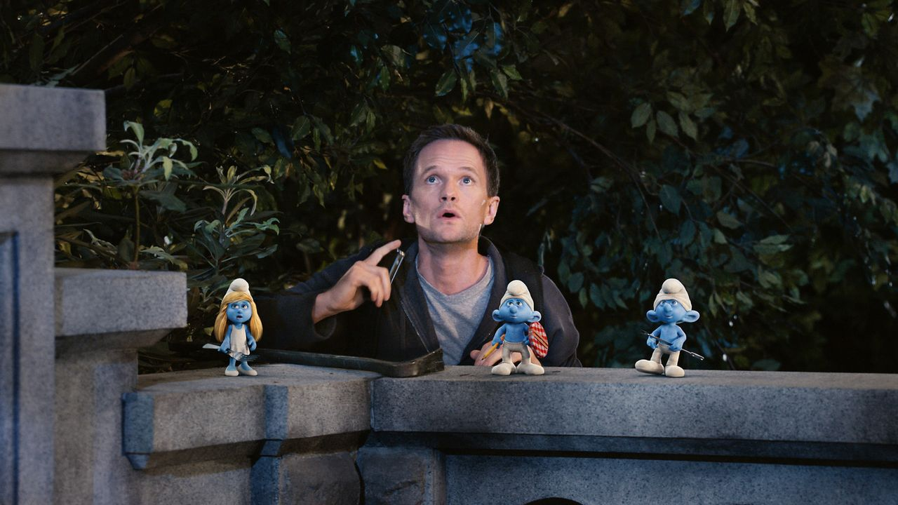 Zusammen mit den Schlümpfen bewundert Patrick Winslow (Neil Patrick Harris) den Mond, der sich auf einmal blau färbt. Doch was hat das zu bedeuten? - Bildquelle: 2011 Columbia Pictures Industries, Inc. and Hemisphere - Culver Picture Partners I, LLC. All Rights Reserved.