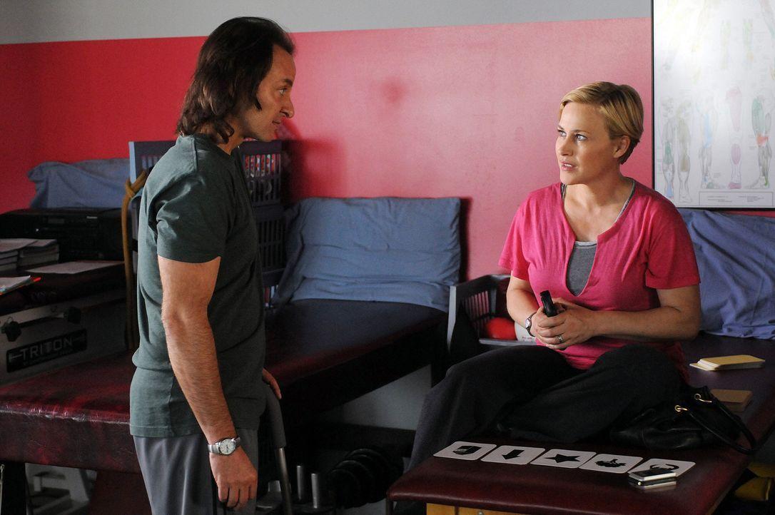 Bei der REHA lernt Allison Dubois (Patricia Arquette, r.) Neal Greybridge (Fisher Stevens, l.) kennen. Vor elf Jahren wurde er auf offener Straße üb... - Bildquelle: Paramount Network Television