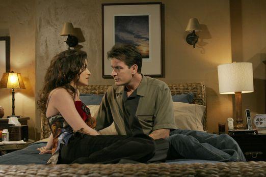 Two and a Half Men - Charlie (Charlie Sheen, r.) hat es nicht leicht mit sein...