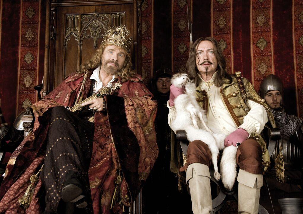 Im Mittelalter wirbt der halbseidene Geschäftsmann Graf Luipold Trumpf (Udo Kier, r.) beim finanziell gebeutelten König Gunther (Thomas Gottschalk,... - Bildquelle: Warner Brothers