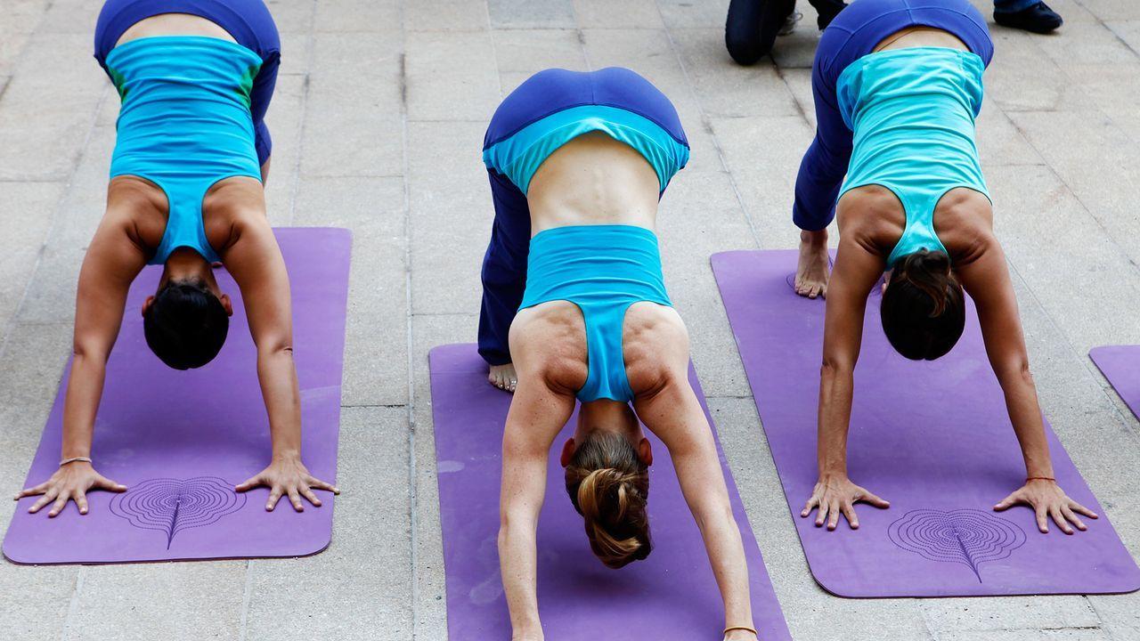 yoga-11-09-13-Sonnengebet-Liegestütze-Hintern-oben-Amy-Sussman-getty-AFP