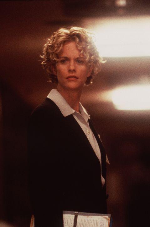 Am Tiefpunkt ihres Lebens spürt die schöne Ärztin Maggie (Meg Ryan) eine Präsenz in ihrer Nähe. Sie ahnt nicht, dass ein Engel sich für sie in... - Bildquelle: Warner Bros.