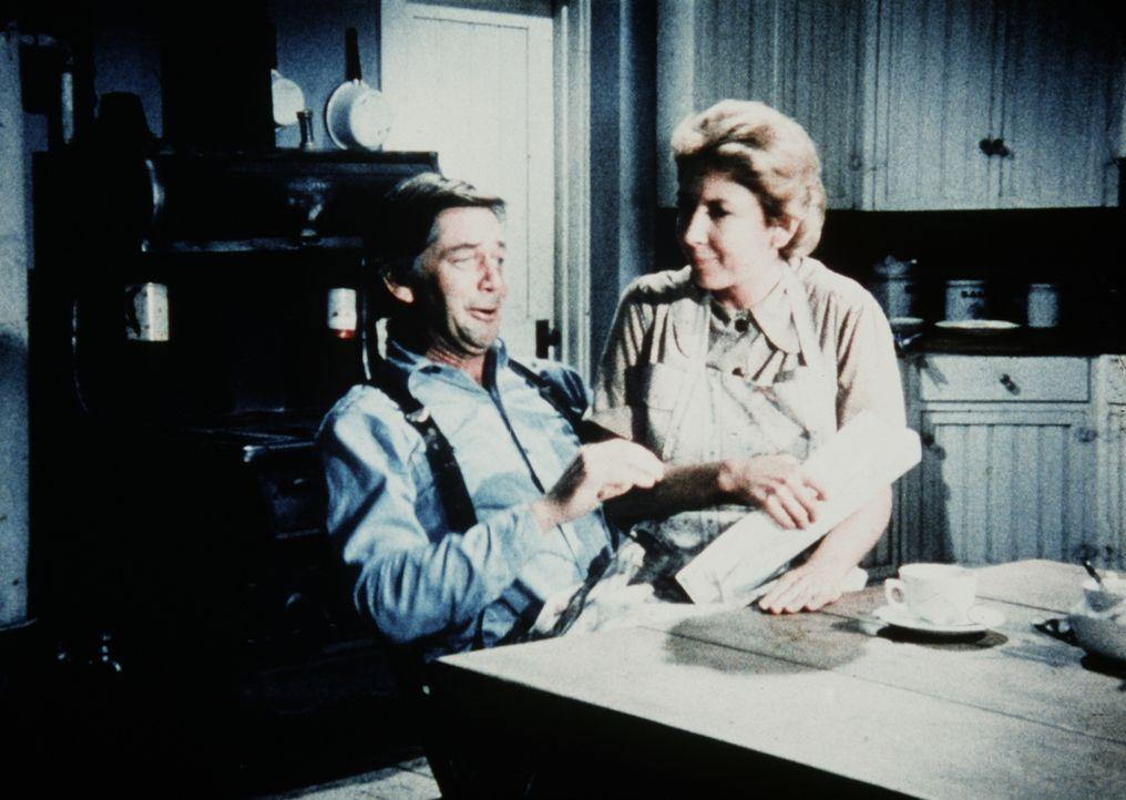 John (Ralph Waite, l.) und Olivia Walton (Michael Learned, r.) beratschlagen, was mit den Zirkusleuten geschehen soll, die sich in ihrer Scheune ein... - Bildquelle: WARNER BROS. INTERNATIONAL TELEVISION