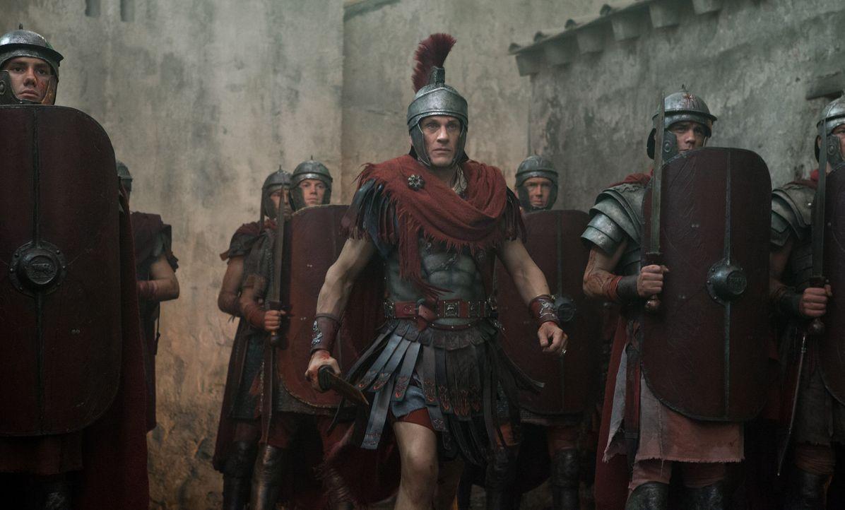 Als Crassus (Simon Merrells, M.) die Stadt befreit, ahnt er nicht, dass Gannicus noch hinter feindlichen Linien festsitzt ... - Bildquelle: 2012 Starz Entertainment, LLC. All rights reserved.