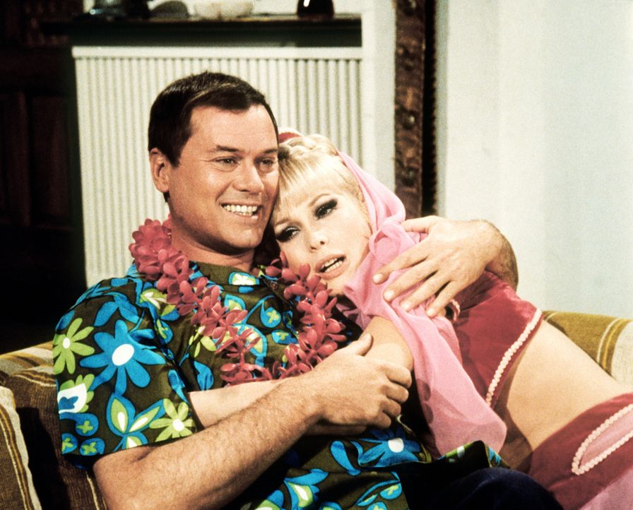 Jeannie (Barbara Eden, r.) hat Tony (Larry Hagman, l.) bereits mit einem Hawaiihemd ausgestattet, weil sie sich sicher ist, dass er als bester Ehema... - Bildquelle: Columbia Pictures