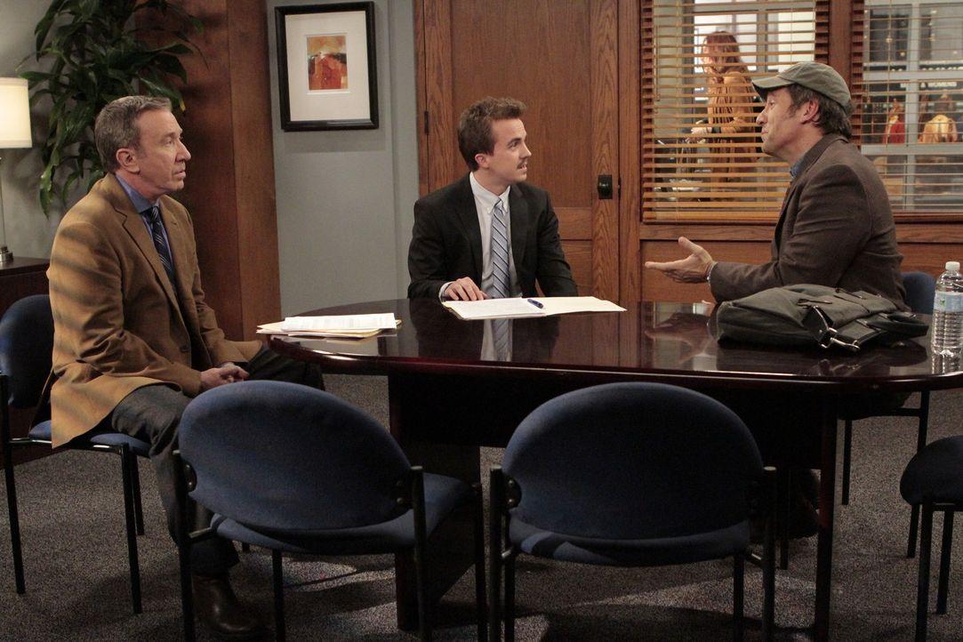 Der Banker Richard (Frankie Muniz, M.) kann Jim (Mike Rowe, r.) keinen Kredit für die Eröffnung einer neuen Filiale von Outdoor Man geben. Es sei de... - Bildquelle: 2011 Twentieth Century Fox Film Corporation